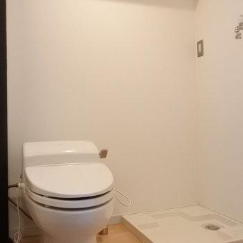 ウォシュレット付きで安心。洗面と脱衣所は同室です。(※写真は7階の同間取り別部屋のものです)