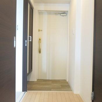 玄関周りは割りとスッキリコンパクト。