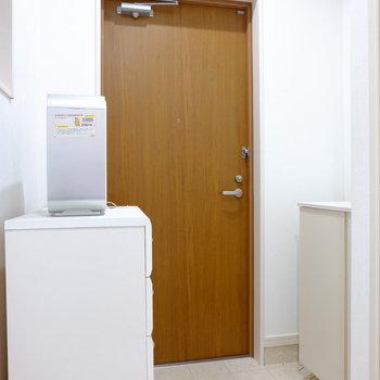 玄関も広い※左にあるのは残置物です。