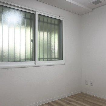 この窓の先はマンションの廊下なんですよっ