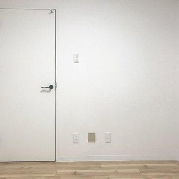 ここは玄関からすぐのお部屋になります〜
