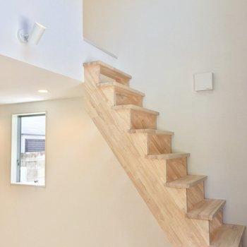 2階へはコチラの階段から!