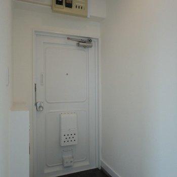 玄関はシンプルです。下駄箱あります♪