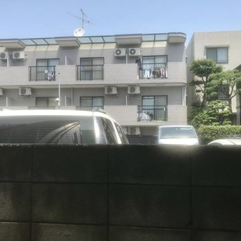 横の窓からは駐車場が。
