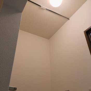 上部にカーテンレールが!目隠しできるんですね〜 ※同階同間取り別部屋の写真です