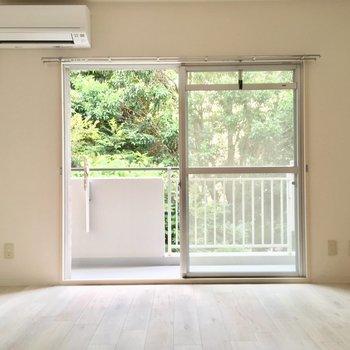 まっさらシンプルな寝室から ※同階同間取り別部屋の写真です