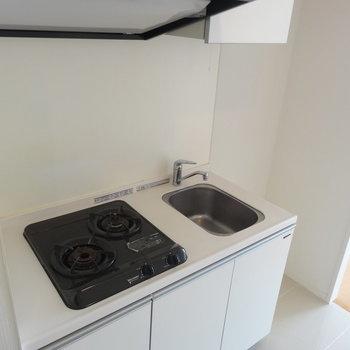 キッチンはコンパクト※写真は13階の同間取り別部屋のものです