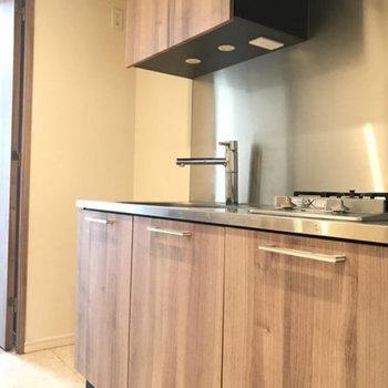 キッチンにも木目が!※写真は4階の別部屋同間取りのものです。