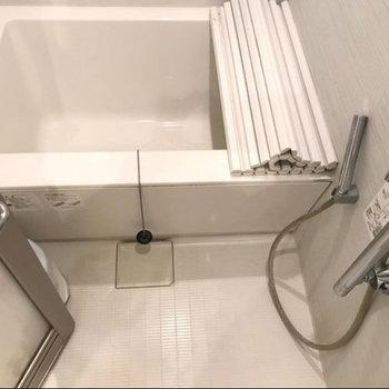 お風呂はコンパクトに。※写真は4階の別部屋同間取りのものです。
