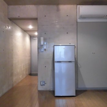 コンパクトなワンルーム*冷蔵庫は残置物です※前回募集時の写真です