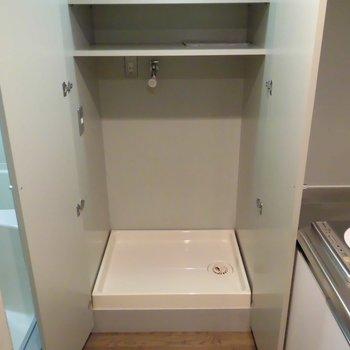 扉で隠せる洗濯機置き場は上に棚あり!※前回募集時の写真です