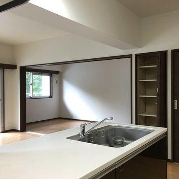 オープンキッチン!キッチン横に収納発見!