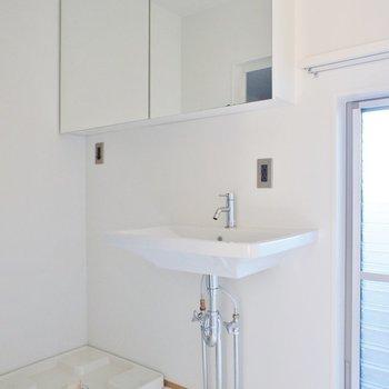 洗面脱衣所。※写真は似た間取りの別部屋です。