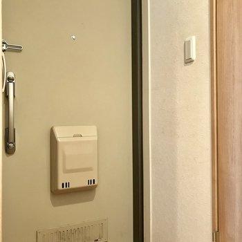 玄関。ダブルロックキーで安心。