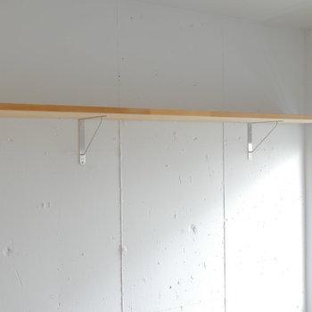 お部屋③にはこんな棚もあります。高めに設定されているので、用途色々。
