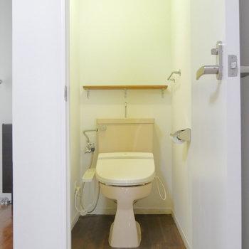 そのお隣にトイレ。個室です。