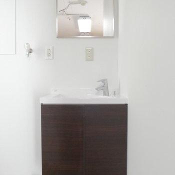 玄関横から水回り。先ずは独立洗面台です。