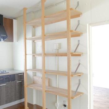 キッチン横にも収納棚。