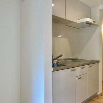キッチン横に冷蔵庫を。