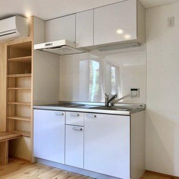 キッチン収納横に小棚もあります。