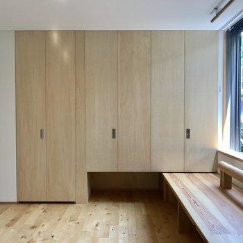 窓際の台は奥の部屋まで続いてます。