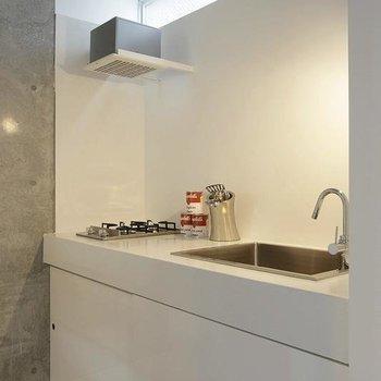 キッチンはシンプルに決めた白※写真は別部屋