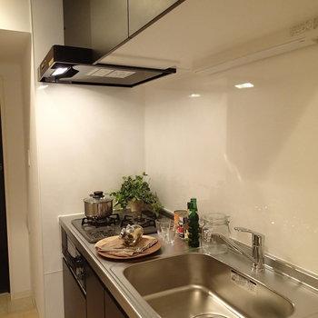 一人暮らしにしては広めのキッチン※写真は別部屋反転間取りのものです。