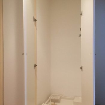 洗濯機置場は玄関横 ※5階同間取りの別部屋の写真です