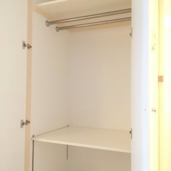 クローゼットはキッチン背面にあります。この隣にももう一個小さめの収納がございます! ※5階同間取りの別部屋の写真です