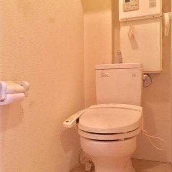 トイレは玄関にある赤い扉から!個室が嬉しい〜※写真は前回募集時のものです