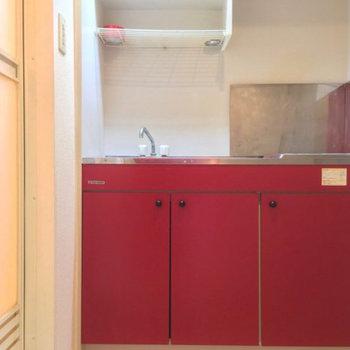 お隣には赤いキッチン※写真は前回募集時のものです