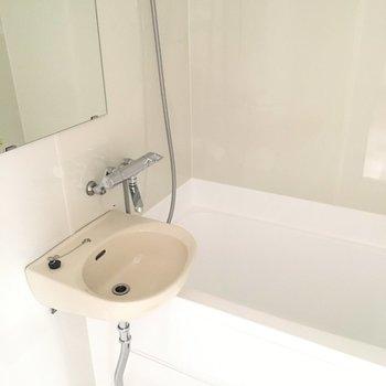 洗面台はお風呂にあるんですよね。掃除しやすくていいでしょう。