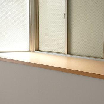 窓際には植物や置物にちょうど良さそうなスペースがあります!