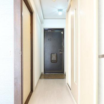 リビングから玄関を。左が洋室、右が脱衣所です。トイレは奥の玄関横にあります。