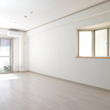 お部屋に入ると、まず見えるのは二面採光の窓。奥はまだ見えてません。