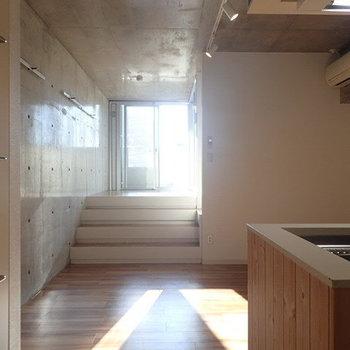 コンクリート打ちっぱなしがかっこいい。階段を上がった先がバルコニーとサニタリー。