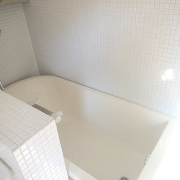 お風呂はこんな感じ。奥まっているのがいいですね。