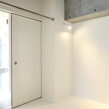 奥の寝室スペース。ドアを介して玄関とも通じています。
