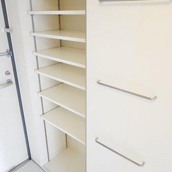 収納は可変棚の靴箱に、ラダーのようなバー。インテリア性を重視した仕舞い方を。