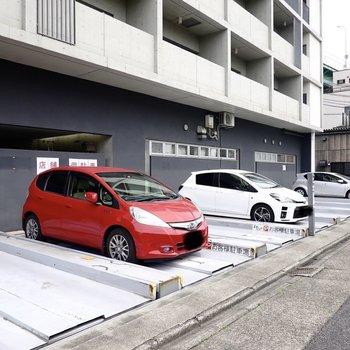 入り口の横には立体式駐車場。お車のある生活だってできます。
