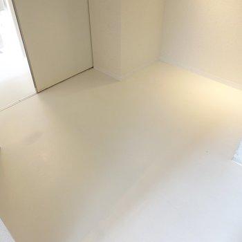 シングルベッドにコーヒーテーブル、本棚がひとつずつ、といった広さ。