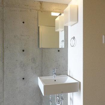 キッチンの奥には独立洗面台。ミニマルデザインが朝の身支度を素敵にしてくれそう。