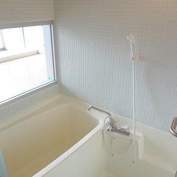 ホワイトのタイルが清潔感たっぷりのお風呂。実は浴室乾燥機も付いています!