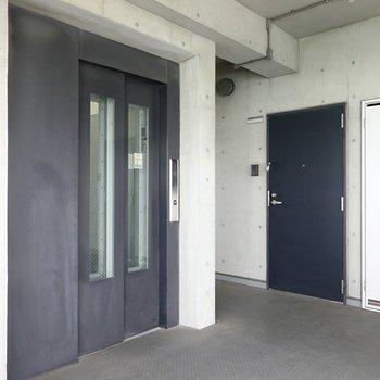 玄関前だってクール。エレベーターを降りてすぐのお部屋です。
