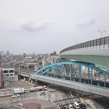 階段の踊り場からは新幹線の線路と美しい曲線を描く高速道路が見えます。