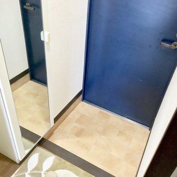 玄関の姿見は嬉しいポイント♪※写真は3階の反転間取り別部屋、モデルルームのものです。