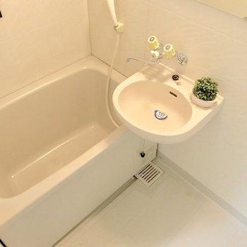 2点ユニットだけど、浴槽はゆったりめ。※写真は3階の反転間取り別部屋、モデルルームのものです。