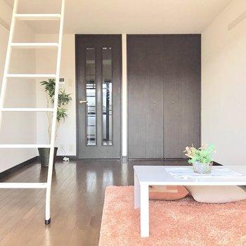 スタイリッシュな白いハシゴ。※写真は3階の反転間取り別部屋、モデルルームのものです。
