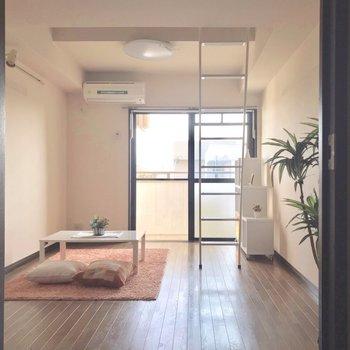 ハシゴは細身で圧迫感がありません。※写真は3階の反転間取り別部屋、モデルルームのものです。