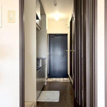 居室までの道。※写真は3階の反転間取り別部屋、モデルルームのものです。